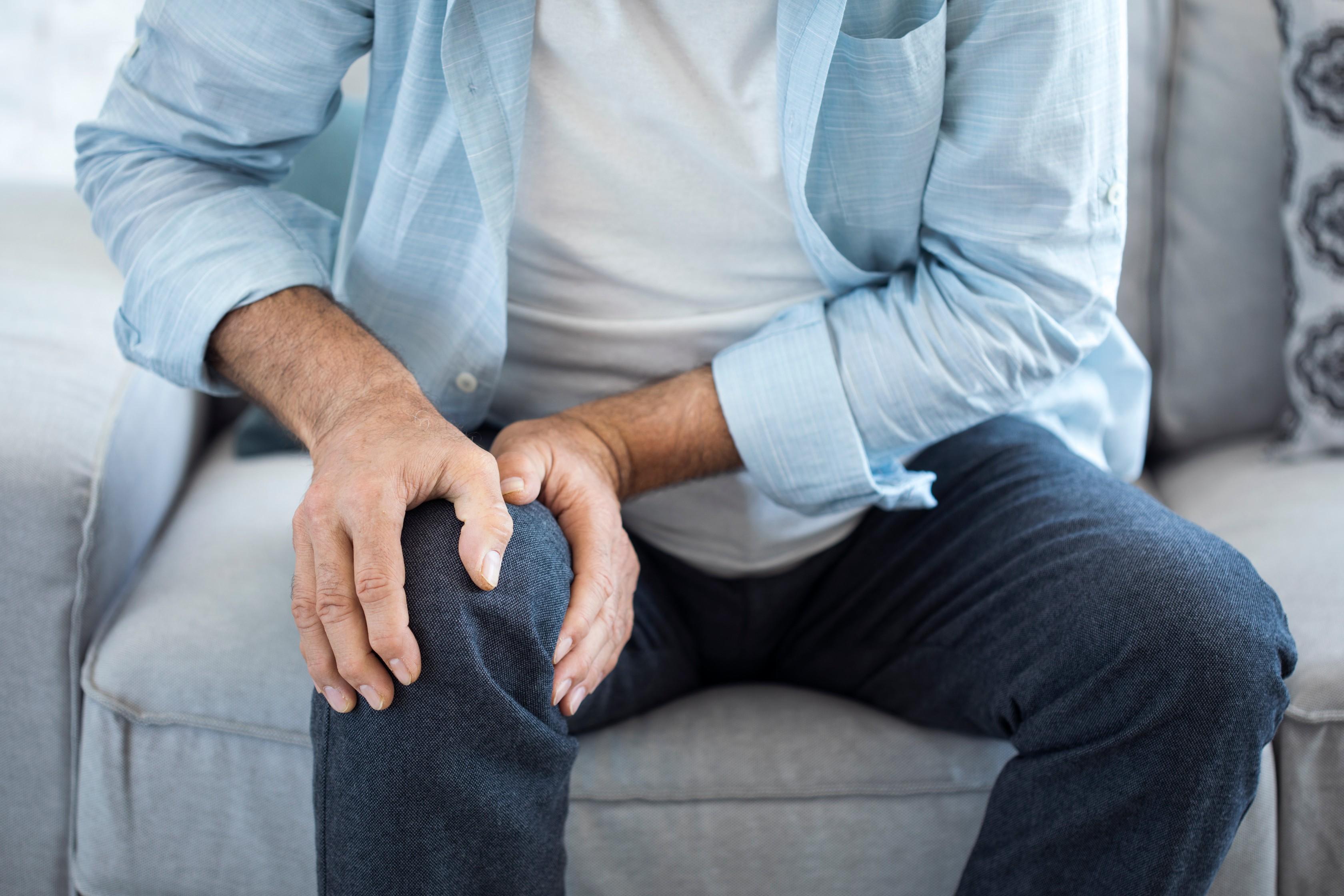 súlyos ízületi fájdalom, különösen a kezekben
