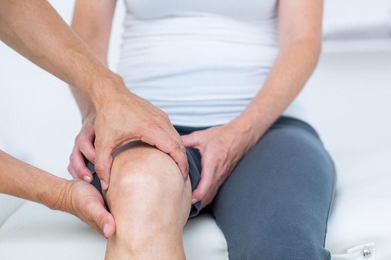 súlyos fájdalom a térd és a csípő ízületeiben)