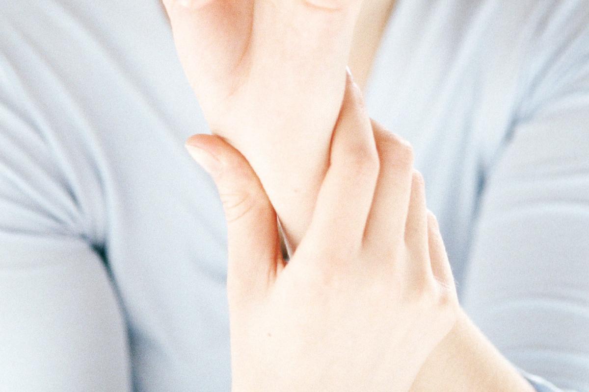 az ujjak ízületei fájni kezdtek