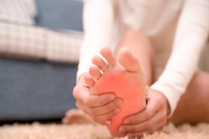 fájó fájdalom a lábujjak ízületeiben)