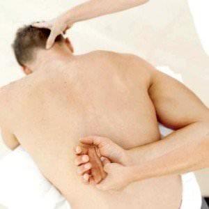 időszakos fájdalom a váll ízületeiben)