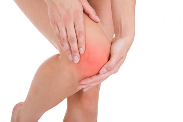 fájó térdízületi fájdalom)