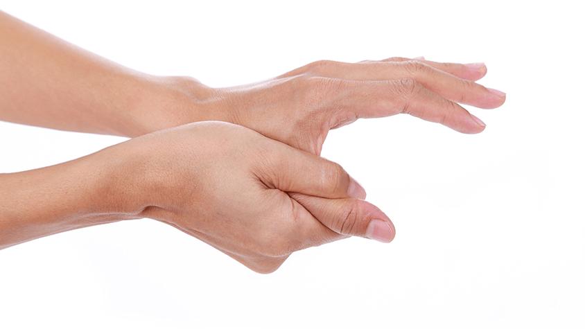 a kezek ízületei szimmetrikusan fájnak)