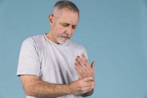 reumás ízületi gyulladás esetén elsősorban az ízületeket érinti)