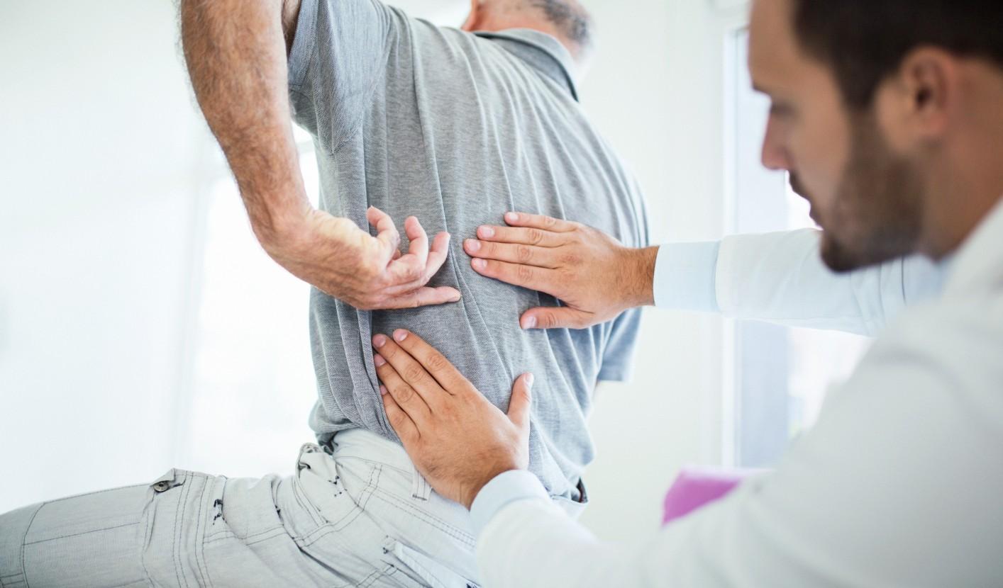 a gerinc fájdalma, amely kiterjed a csípőízületre)
