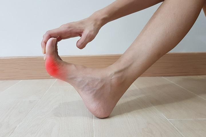 hogyan lehet enyhíteni a lábak ízületeinek duzzanatát)