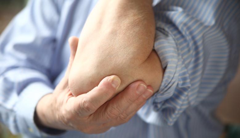 sérülés során a könyök ízületéből kifolyik a folyadék