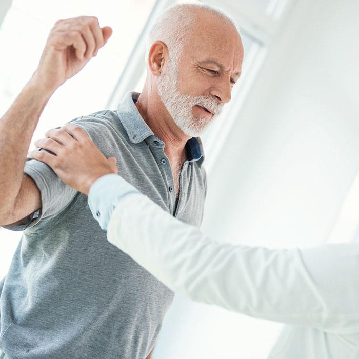 Sportolás közben erős vállfájdalom? Nem kell rögtön a műtétre gondolni!