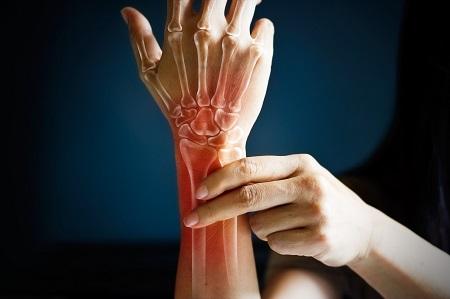 ízületi fájdalom bal kezét)